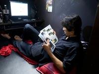 מצוקת דיור ביפן, יפנים שגרים באינטרנט קפה / צילום: מתוך הסרט  Net Cafe Refugees