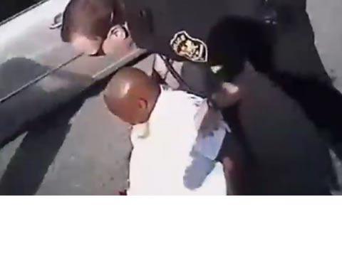 שוטר משתלט על נהג בהתקף שבץ/ צילום: מתוך הוידאו