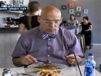 מביך: צפו בבני ציפר משמיץ מסעדה ואז מגורש ממנה