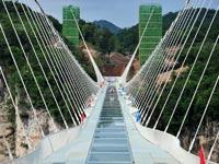 פלא הנדסי: גשר הזכוכית הגדול והגבוה בעולם נפתח לתנועה