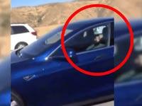 צפו: לא תאמינו מה האיש הזה עשה תוך כדי נהיגה בפקק