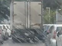 """משאית פוגעת ברכבים בת""""א/ צילום: מהוידאו"""