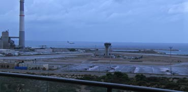 """300 מטר מהים ונוף של מטוסים: הצצה לדירה יוצאת דופן בת""""א"""