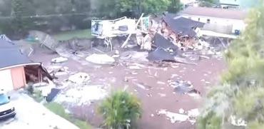 צפו: בולען עצום נפער באדמה ושאב לתוכו בתים שלמים