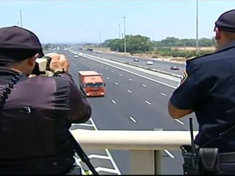 שוטרים מצלמים נהגים מדברים בנייד / צילום: חדשות 2
