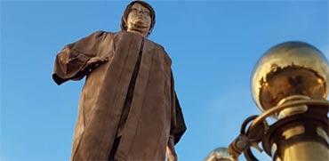 פסל זהב בדמות מרים נאור הוצב מול בית המשפט העליון