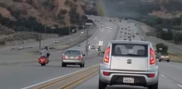 תיעוד דרמטי: אופנוען בועט ברכב וגורם לתאונת שרשרת