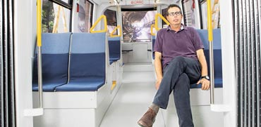 מנכל הרכבת הקלה יהודה בר-און בקרון שהוצב בשדרות רוטשילד/ צילום: שלומי יוסף