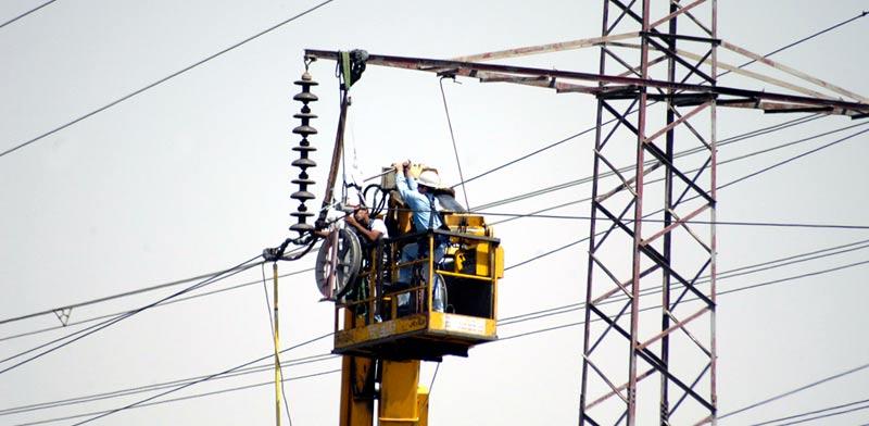 עובד חברת החשמל / צילום: תמר מצפי