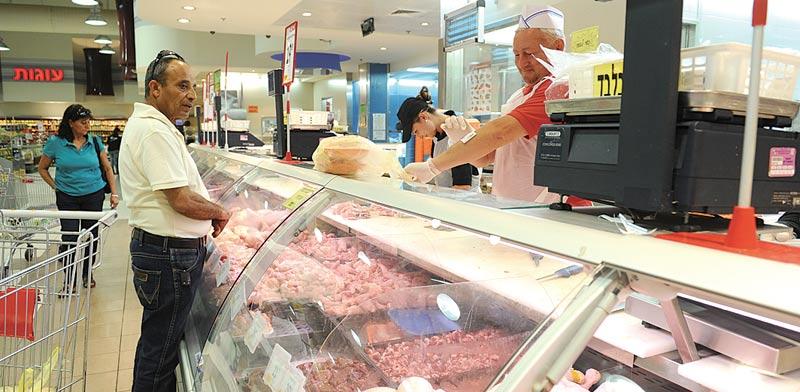דוכן בשר בסופרמקט / צילום: תמר מצפי