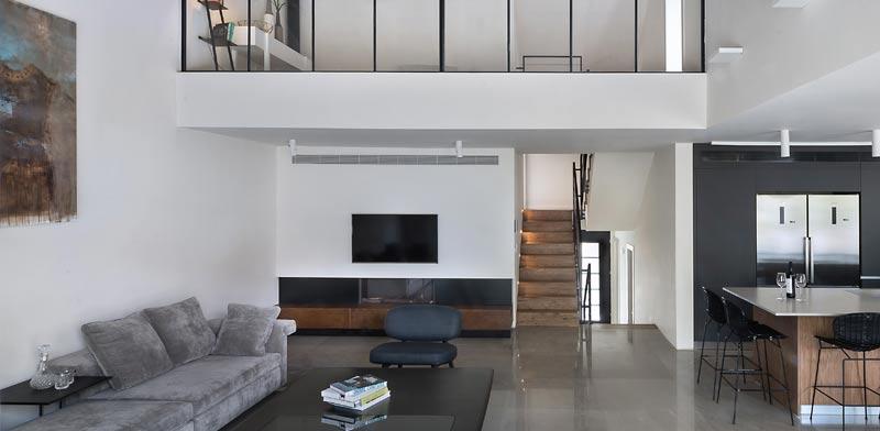 סלון הבית, הגלריה של חדר ההורים מרחפת מגבוה / צילום: עמית גושר