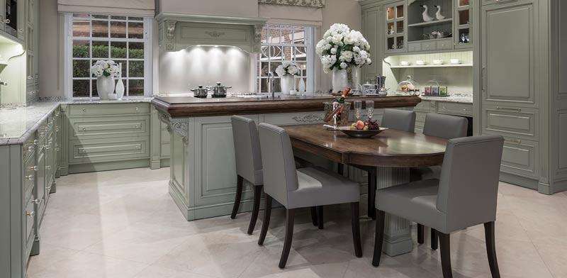 מטבח בגוון ירוק בהיר בבית בלונדון/  צילום: Jonathan Little Photography עיצוב הבית: Alexander James I