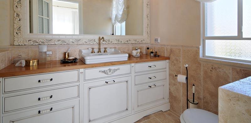 שידת אמבטיה בסגנון קלאסי / צילום: שי אדם אדריכלות: שירלי דן