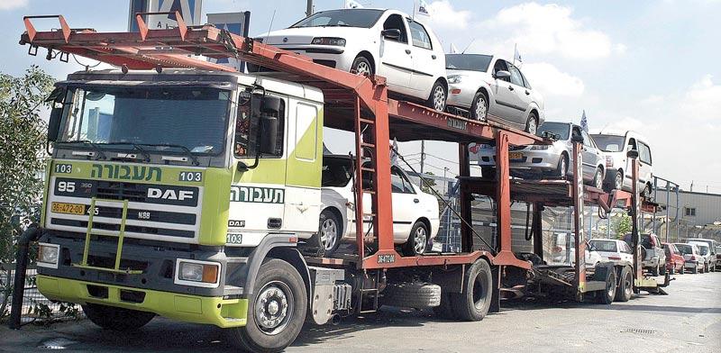 זרם המכוניות החדשות לא פוסק / צילום: תמר מצפי
