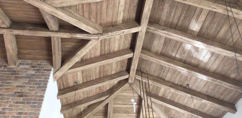 מכניסים את הטבע פנימה: גגות גלויים מעץ בתוך הבית