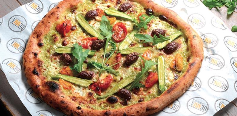 פיצה ירוקה עם קרם גבינת מסקרפונה ותרד/ צלם: איל יצהר