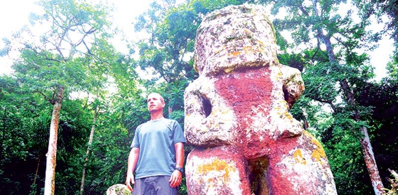 אביחי בן צור עם אחד מפסלי ה Tiki / צילום: אביחי בן צור