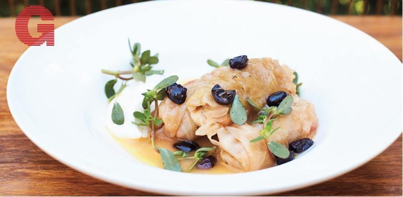 מסעדת נורמן כרוב ממולא בזיתים ועלי ריג'לה / צילום: דיוויד לופטוס