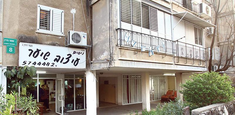 """הבניין ברחוב מטולה בר""""ג. בעלי החנויות דורשים דירות / צילום: אמיר מאירי"""