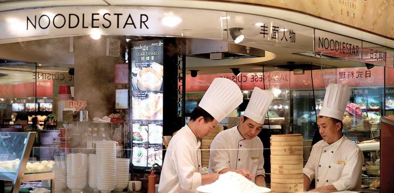 דוכן אוכל במרינה של סינגפור. הסוחרים מחו / צילום: רויטרס, Thomas White