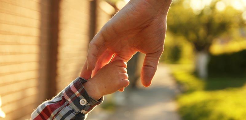 כיצד תשפיע משמורת משותפת על דמי המזונות שמשלם האב?