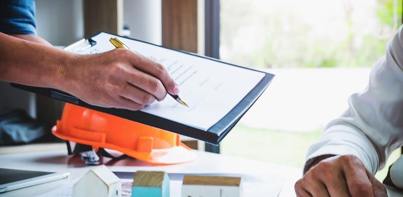 """על הדיירים לעשות עבודת מחקר לפני חתימת חוזה תמ""""א 38 / צילום:Shutterstock/ א.ס.א.פ קרייטיב"""