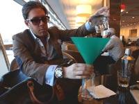 האיש שדופק את חברות התעופה / מתוך: צילום מסך יוטיוב