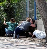 תושבים תופסים מחסה בזמן אזעקות באשקלון / צילום: Ronen Zvulun, רויטרס