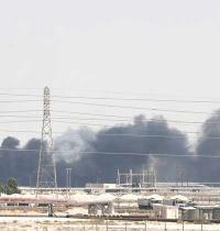 עשן עולה ממתקן הנפט של ערמקו בעיר אבקאיק/ צילום: רויטרס