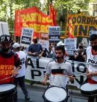 מפגינים בבואנוס איירס. הפגנות ענק בשדרות המרכזיות / צילום: AGUSTIN MARCARIAN, Associated Press