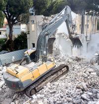 הריסת בניין בחיפה / צילום: shutterstock, שאטרסטוק
