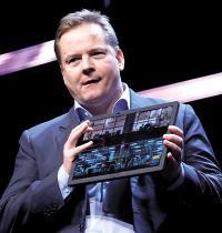 כריסטיאן טיזמן מחברת לנובו, מציג את המסך המתקפל של החברה ב־CES / צילום: Steve Marcus, רויטרס