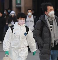 עוברים ושבים ברחובות בייג'ינג / צילום: רויטרס