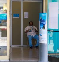 מאבטח בסניף בנק לאומי. בבנקים מסבירים כי הם ממשיכים לעבוד ויש להם הוצאות / צילום: שלומי יוסף, גלובס