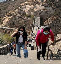 מטיילות עם מסכות בחומה הסינית / צילום: Andy Wong, Associated Press