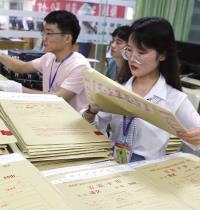 מורים סינים עוברים על מבחני גאוקאו. נושאים הקשורים לחינוך מוציאים סינים לרחובות הרבה יותר מהגבלות על חופש הביטוי / צילום: Gao lin, רויטרס