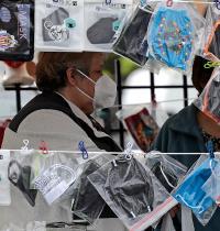 מסכות פנים למכירה בשיקגו, אילינוי / צילום: Nam Y. Huh, Associated Press