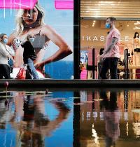 """ישראלים עושים קניות במרכז """"ביג פאשן"""" באשדוד אחרי הסגר / צילום: Amir Cohen, רויטרס"""