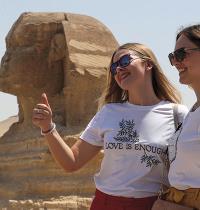 תיירות מצטלמות השבוע ליד הספינקס במצרים / צילום: Mohamed Abd El Ghany, רויטרס