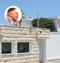 בית השגריר ברחוב גלי תכלת בהרצליה ושלדון אדלסון (בעיגול) / צילום: איל יצהר, גלובס
