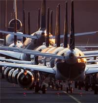 מטוסי לופטהאנזה בשדה התעופה בפרנקפורט. טיסות רבות בוטלו בשל משבר הקורונה / צילום: Michael Probst, AP