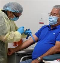 מתנדב בניסוי החיסון לקורונה של חברת מודרנה / צילום: Taimy Alvarez, AP