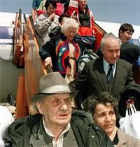 """עולים מרוסיה מגיעים לנתב""""ג בשנת 1991 / צילום: רויטרס"""