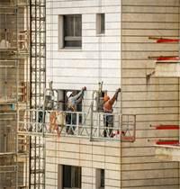 פועלי בניין עובדים באשקלון / צילום: שאטרסטוק