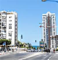 מימין פרויקט הפינוי בינוי, ומשמאל הבניינים שחלק מדייריהם טענו שערך דירותיהם ירד / צילום: שלומי יוסף, גלובס
