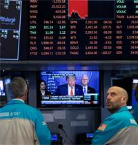 סוחרים מודאגים בוול סטריט צופים בנשיא טראמפ / צילום: Mark Lennihan, Associated Press