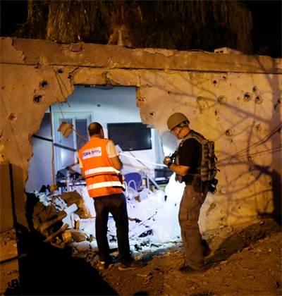 נזקי נפילת רקטה באשקלון / צילום: רויטרס
