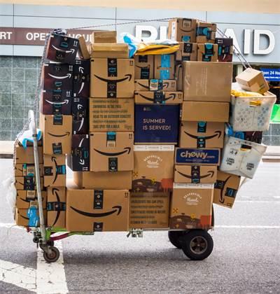 חבילות של אמזון / צילום: שאטרסטוק
