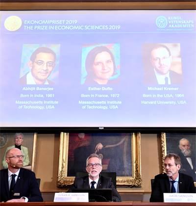 הזוכים בפרס נובל לכלכלה 2019: אסתר דופלו, אבהיג'יט באנרג'י ומייקל קרמר  / צילום:  Karin Wesslen/TT News Agency/via REUTERS