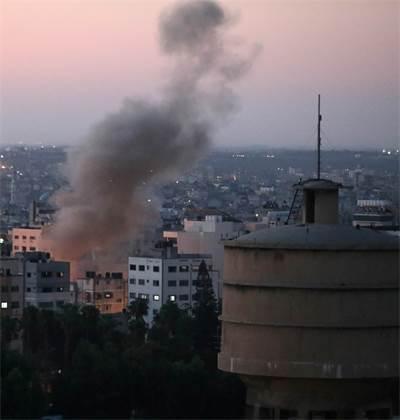 """צה""""ל הפציץ בשכונת שג'אעיה בעזה את ביתו של בכיר בג'יהאד האסלאמי / צילום: REUTERS/Mohammed Salem"""